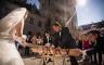 Baumstammsägen auf einer chinesischen Hochzeit in Norddeutschland